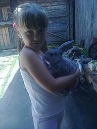 Дочурка  с кроликом
